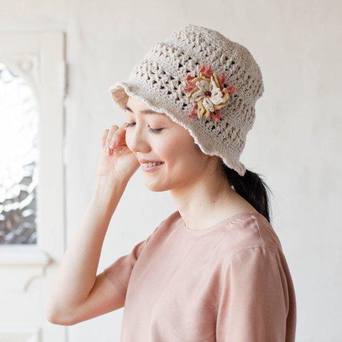 手編みのフラワーブローチ