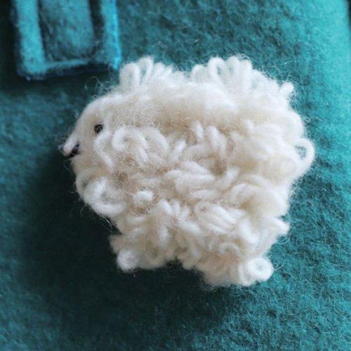 フェルトの子羊ブローチ