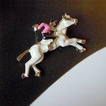 小さな白馬と騎手のピン