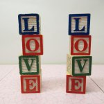 おままごと・お人形遊びアイテム・おもちゃ・ガラガラなど  木製 ウッドブロック LOVE