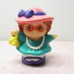 フィッシャープライスとプレイスクールトイなど  フィッシャープライス リトルピープルシリーズ ピンクの帽子おでかけ