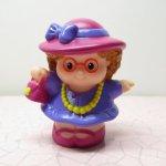 フィッシャープライスとプレイスクールトイなど  フィッシャープライス リトルピープルシリーズ フューシャピンクの帽子おでかけ