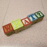 トランプ・パズル・ゲーム・塗り絵・ステンシルなど  アルファベットブロック 木製 WHAT?