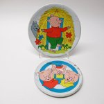 おままごと・お人形遊びアイテム・おもちゃ・ガラガラなど  ヴィンテージトイ ブリキ製 おままごと用 3匹の子豚 ソーサー&プレートセット