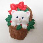 ファッション  クリスマス ホールマーク社 バスケットの中の白猫 ピン