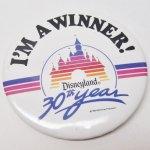 キャラクター  ディズニー 1985年 缶バッチ ディズニーランド 30周年記念 Winner!