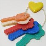 ヴィンテージトイ プラスチック製ベビートイ イエローハート鍵5個付きガラガラ