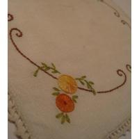キッチン&リビング ビンテージ・スクエア・手さし刺繍・オレンジ系お花ドイリ—