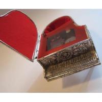 ジャンク雑貨 米国輸出用日本製・シルバー真鍮メッキ・ピアノ型オルゴール・ジュエリーケース