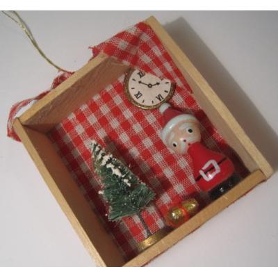 ビンテージ・クリスマス用木製オーナメント「お部屋の中のサンタさん」