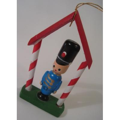 ビンテージクリスマスオーナメント「三角屋根の下にいる兵隊さん」
