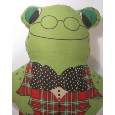 ぬいぐるみ 赤いチェックのチョッキを着た水玉緑のカエルちゃん・ピロードール
