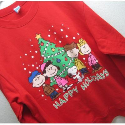 【メンズL】ハッピーホリデーズ・スヌーピーとお友達とクリスマスツリー・レッドトレーナー