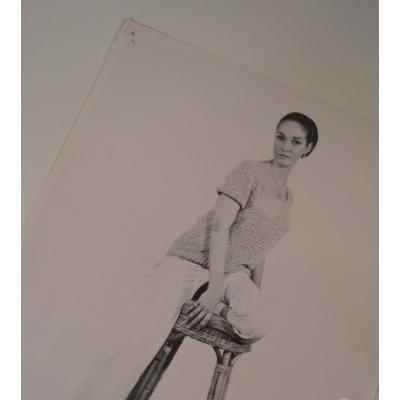 ジャンク雑貨 ビンテージフォト「イスの上でポーズをとる女性」