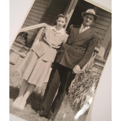 ジャンク雑貨 ビンテージフォト「おうちの前で写真を撮る夫婦」