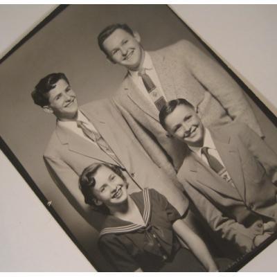 ジャンク雑貨 ビンテージフォト「男の子3人と女の子1人」