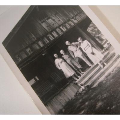オールドフォト ビンテージフォト「古いおうちの前で写真を撮る4人」