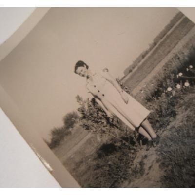 オールドフォト ビンテージフォト「野原に立つ女性」