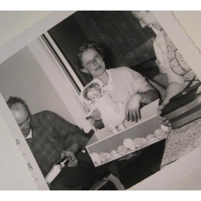 オールドフォト ビンテージフォト「1955年1月付け写真・お人形をもらった女性」