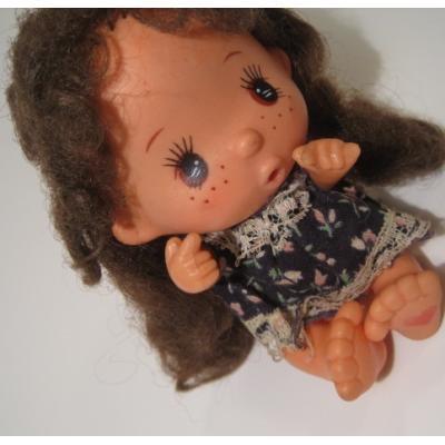 お人形 ネイビーブルーのワンピを着た、足にハートの女の子人形