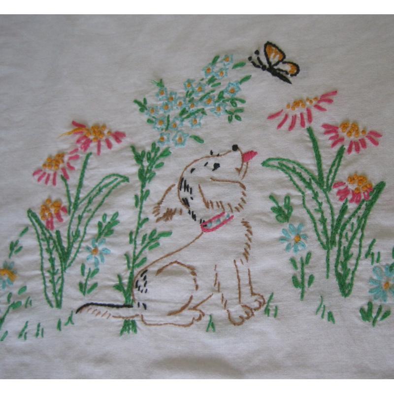 ビンテージ・手刺し刺繍・ピローケース「お花畑で蝶々を見るわんちゃん」【A】