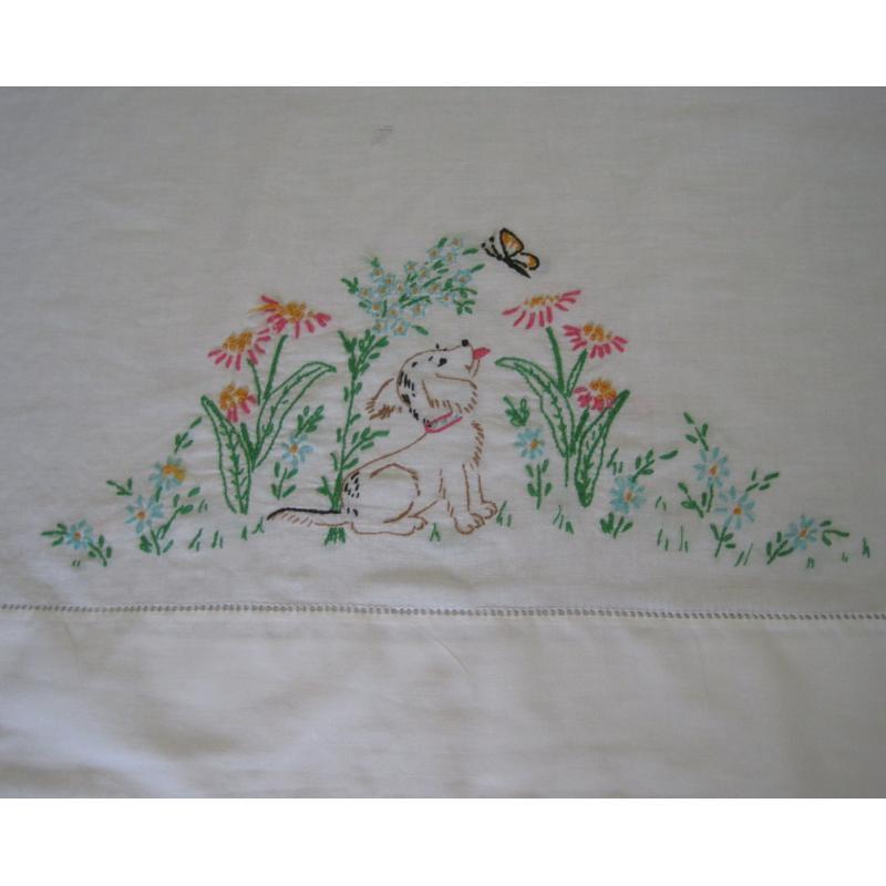 ビンテージ・手刺し刺繍・ピローケース「お花畑で蝶々を見るわんちゃん」【A】【画像2】