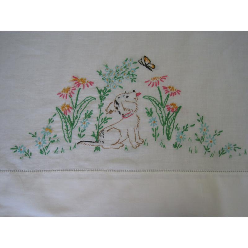 ビンテージ・手刺し刺繍・ピローケース「お花畑で蝶々を見るわんちゃん」【A】【画像4】